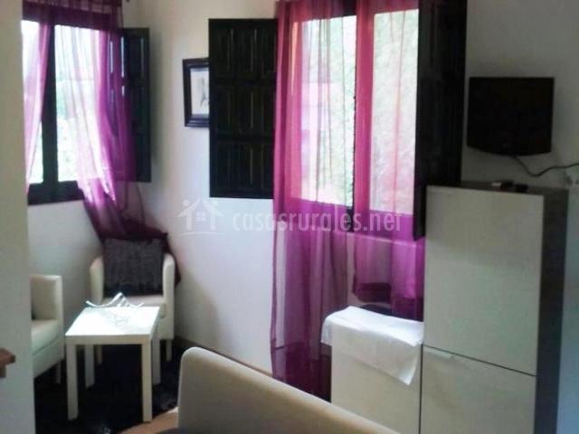 cortinas moradas y contraventanas negras