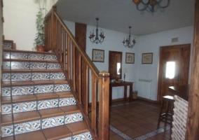 Escaleras con azulejos en el recibidor