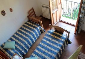 Vista desde arriba de dos camas individuales
