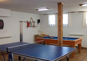 Sala de ocio con billar y mesa de ping pong