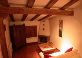 Sala de estar común con chimenea