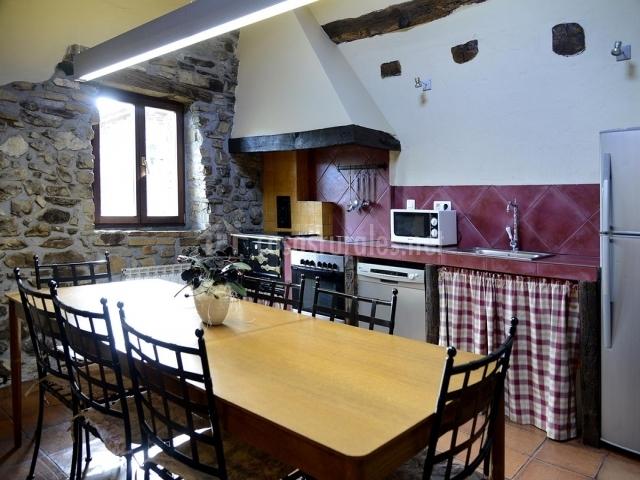 Cocina con microondas y mesa amplia