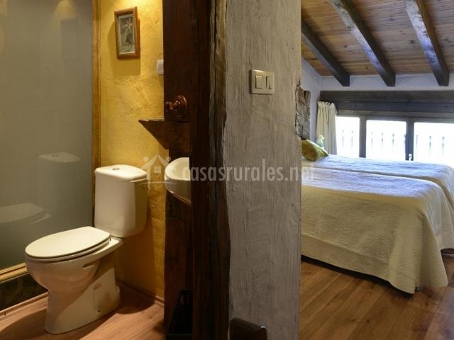 Dormitorio abuhardillado y su baño