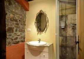 Cuarto de baño con piedra