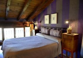 Dormitorio morado abuhardillado