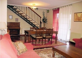 Salón con sofás de madera