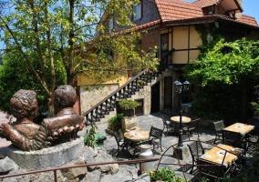 Amplios exteriores del alojamiento con jardines