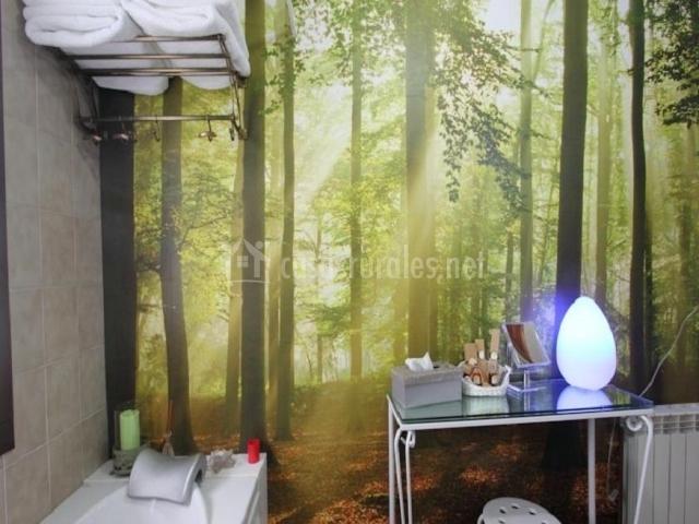 Pared con un bosque en el baño