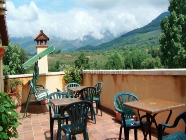 Terraza superior con mesas