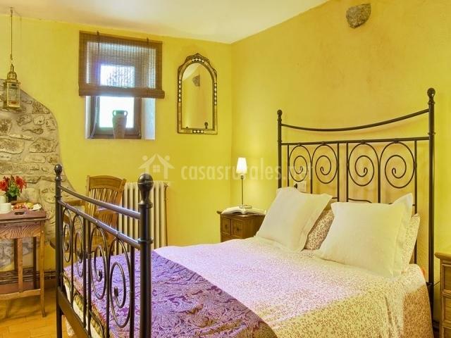 Habitación amarilla y violeta
