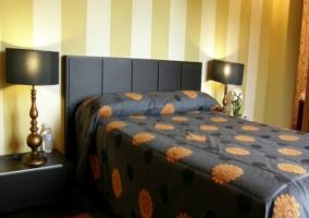 Dormitorio matrimonial  acompañado de mesitas de noche en el palacio