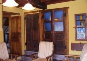 Sala de estar con pared amarilla
