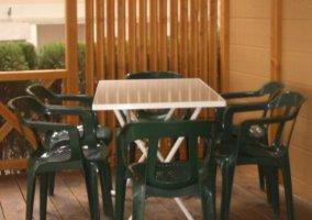 Terraza con muebles de plástico