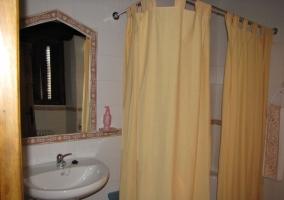 Bañera en uno de los cuatro baños de la casa