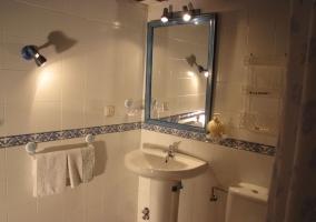 Bano de la casa con espejo bordado en color azul