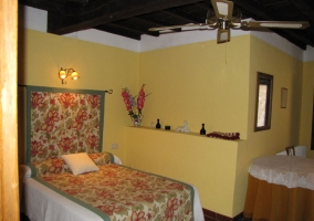 Dormitorio con cama de matrimonio con colcha de flores