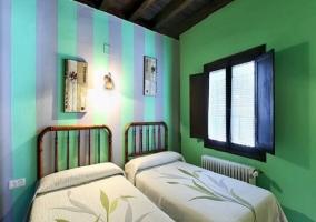 Habitación doble con dos camas con pared verde