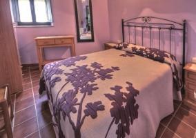 Otra de las camas de matrimonio en habitación doble con pared rosa