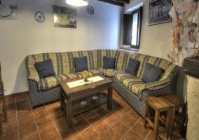 Sofá amplio en el salón con ventana de madera