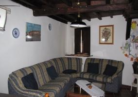 Sofás de color amarillo y azul en salón