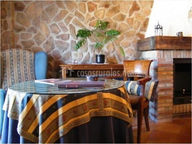 Mesa camilla junto a chimenea