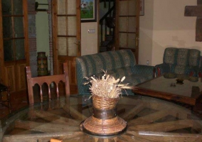 Salón con sofás tapizados y chimenea de leña
