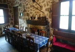 Comedor con mesa junto a la chimenea