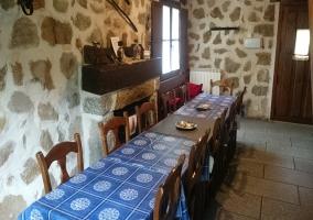 Sala de estar con mesa para comer