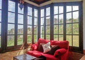 Dormitorio con ventanas