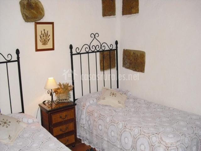 Habitación doble con camas separadas y decoraciones en las paredes
