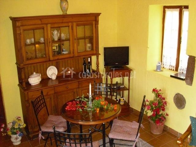 Mesa redonda en el salón para 4 personas