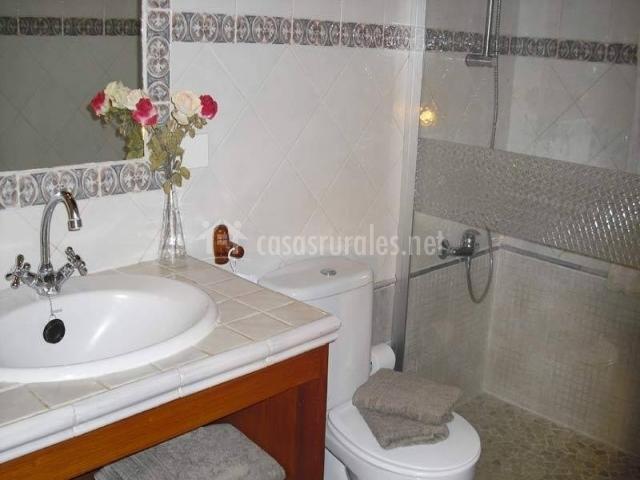 Baño con mueble para las toallas