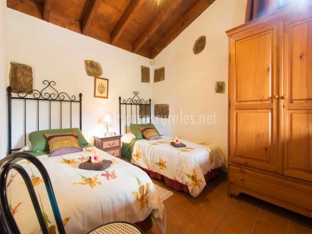 Habitación doble con camas individuales y un gran armario