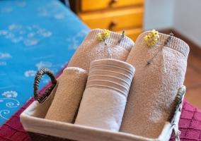Salón muy luminoso bajo pared de piedra