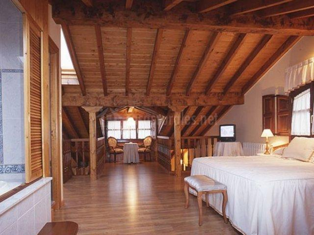 Dúplex con dormitorio de techos en madera
