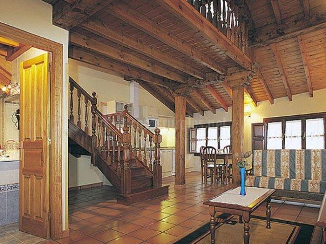 Dúplex con sala de estar y escaleras