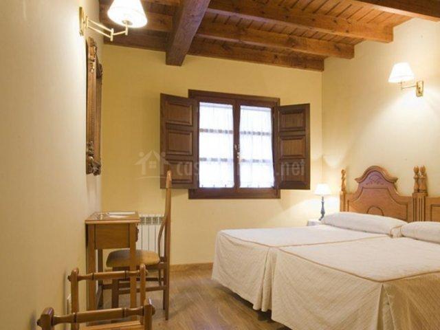 El Castañeu con dormitorio con un par de camas