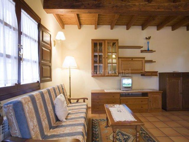 El Castañeu y sala de estar con elementos de madera