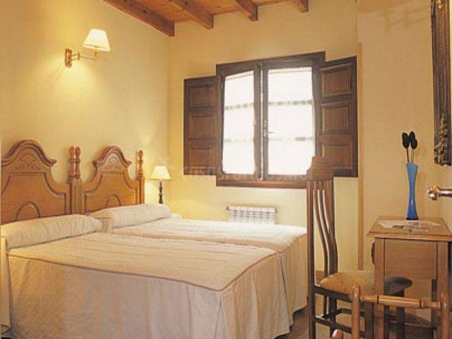 La Cruz y dormitorio con techos de madera