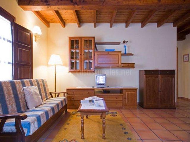 Las Acacias y su sala de estar con mesa de madera auxiliar