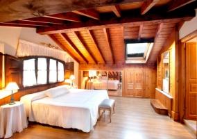 Curtidu amplio dormitorio