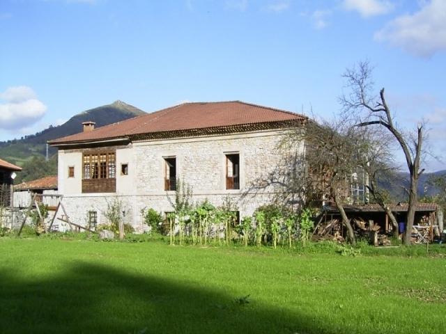 La casona de belmonte en ovi a a belmonte asturias for Casa jardin asturias