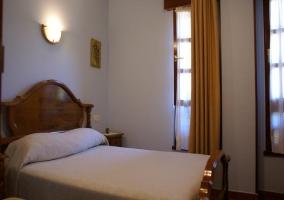 Dormitorio con cama de matrimonio y cabecero