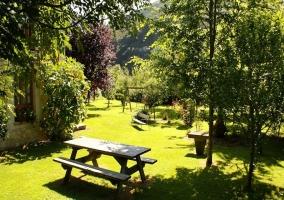 Jardín con mesas de merendero