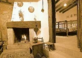 Sala de estar con paredes de piedra y mesa
