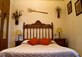 Dormitorio cama doble y cabecero de madera