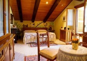 Dormitorio motivos de gallinas y techo abuhardillado