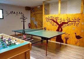 Sala de juegos con futbolín y ping pong