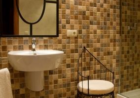 Baño con azulejos marrones