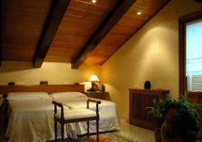 Habitación abuhardillada con dos camas